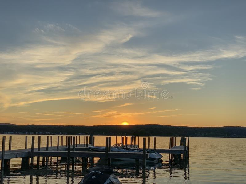 Sjöskeppsdocka på solnedgången royaltyfria bilder