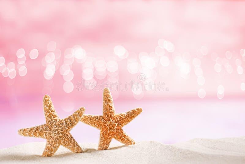 Sjöstjärnan på vit sand med festligt blänker bakgrund royaltyfria bilder