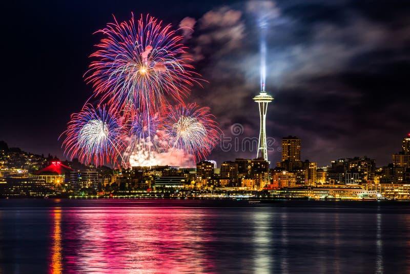 Sjöunion 4th av Juli fyrverkerier och den Seattle horisonten, som sedd från över Elliott Bay på Seacrest parkerar i västra Seattl royaltyfria foton