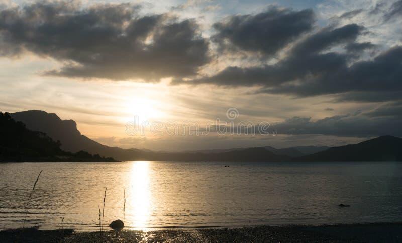 SjöWaikaremoana solnedgång arkivbilder