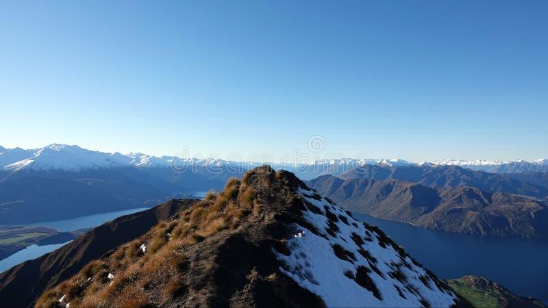 SjöWanaka utkik från det Roys maximumet i vinter, Nya Zeeland arkivbilder