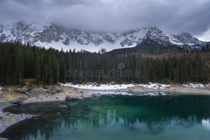 Sj? Carezza med monteringen Latemar, Bolzano landskap, s?dra tyrol, Italien royaltyfri fotografi
