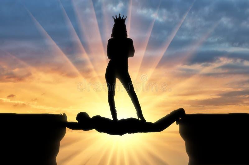 Sj?lvisk kvinna med ett kronaanseende p? en man i form av en bro ?ver en avgrund royaltyfri bild