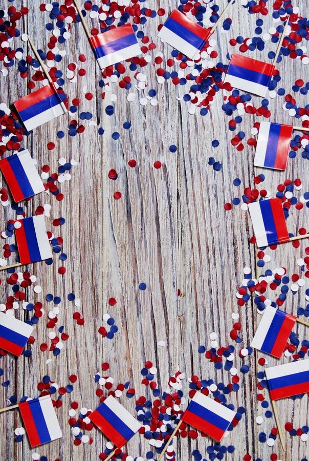 Sj?lvst?ndighetsdagen av Ryssland Juni 12 begreppet av patriotism, frihet och självständighet mini- flaggor med rött vitt blått o royaltyfri bild