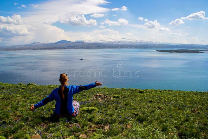 Sj?n Sevan ?r den st?rsta kroppen av vatten i Armenien och i den Kaukasus regionen Blåa vidder av vatten, berg, en äng med fl arkivbilder