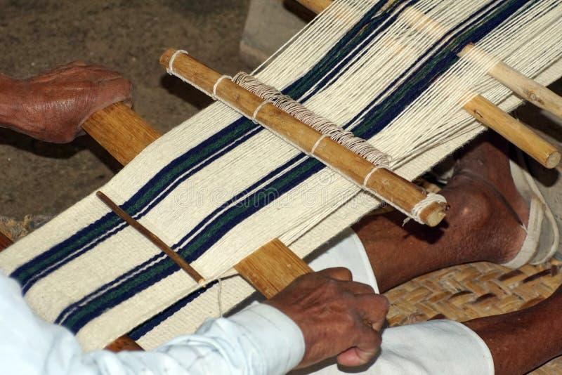 Sjaal die op een handweefgetouw worden geweven stock foto