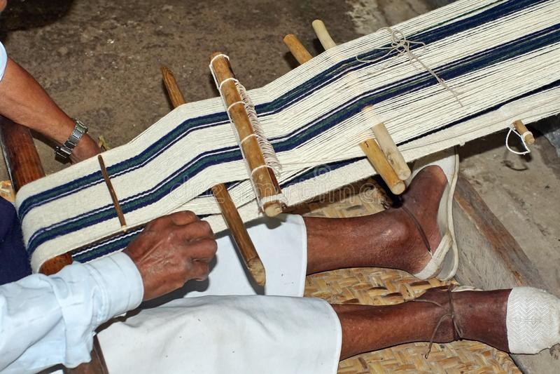Sjaal die op een handweefgetouw worden geweven royalty-vrije stock afbeeldingen