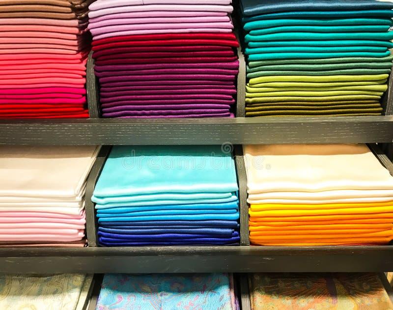Sjaals van verschillende kleuren in de opslag royalty-vrije stock afbeeldingen