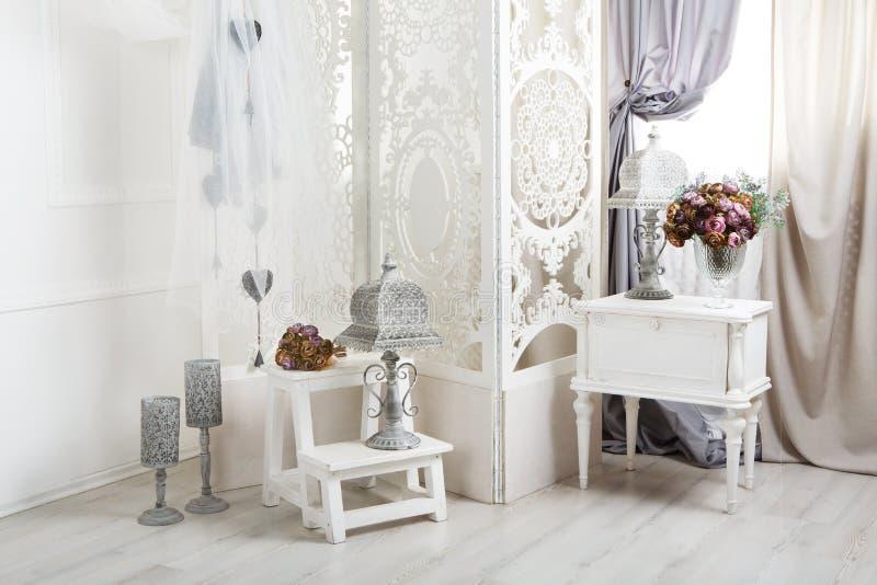 Sjaskig chic inre för vitt rum som gifta sig dekoren arkivfoton