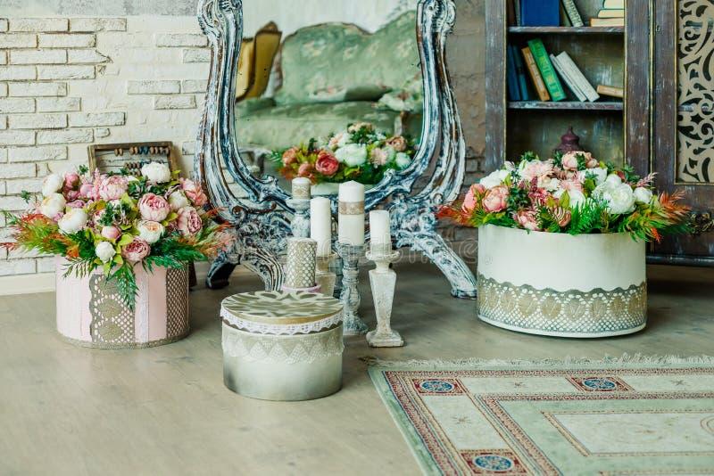 Sjaskig chic ruminre Bröllopdekor, rum som dekoreras för sjaskigt chic lantligt bröllop, med många stearinljus, blommor royaltyfri foto