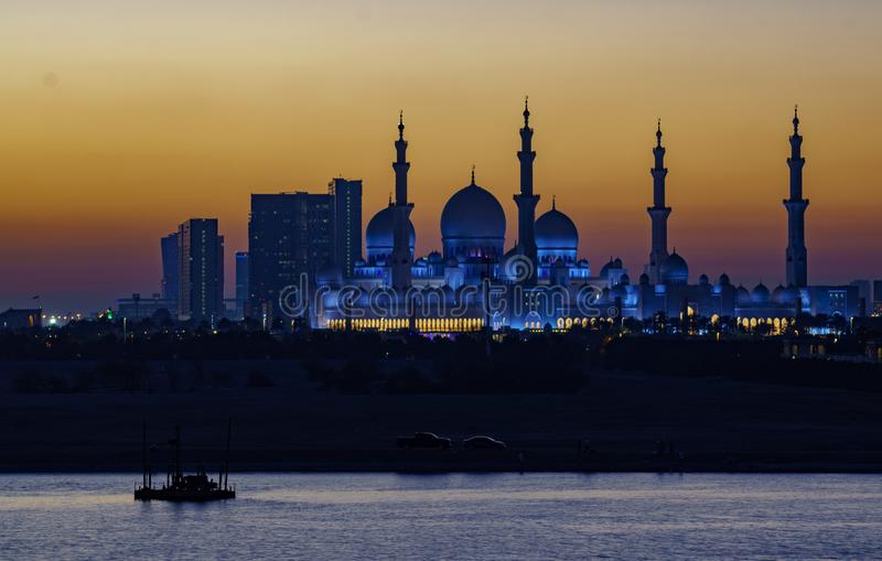 Sjeik Zayed Mosque zoals die bij nacht wordt gezien stock fotografie