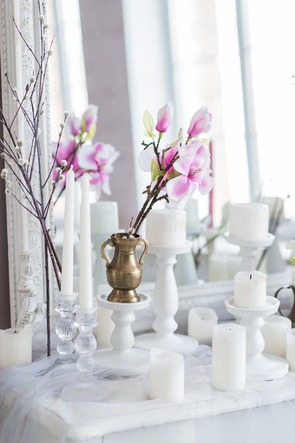 Sjofel elegant huisontwerp Mooie decoratielijst met kaarsen, bloemen voor een spiegel stock foto's