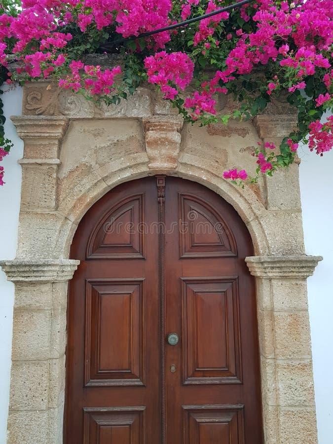 Sjofele houten deur met rozerode bloemen in middeleeuwse sentury stijl royalty-vrije stock foto