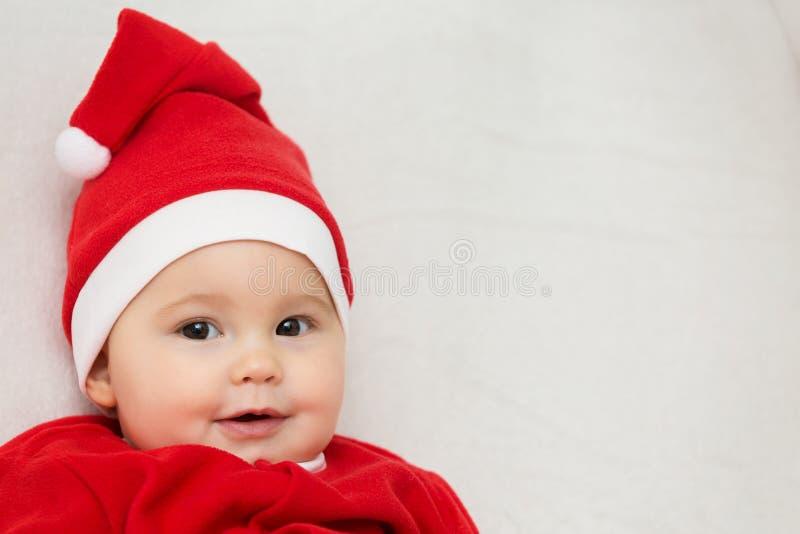Sju gamla månader behandla som ett barn flickan i den Santa Claus klänningen royaltyfria bilder