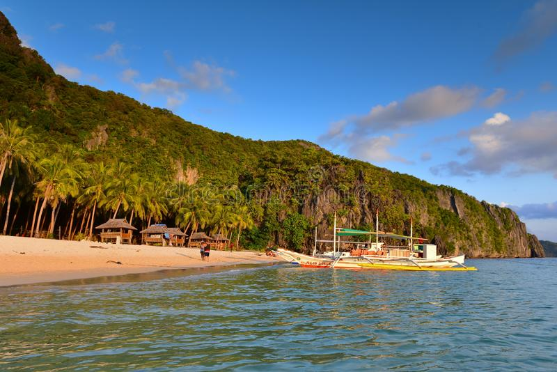 Sju kommandon sätter på land, en fridfull strand med klart vatten i Filippinerna arkivbilder