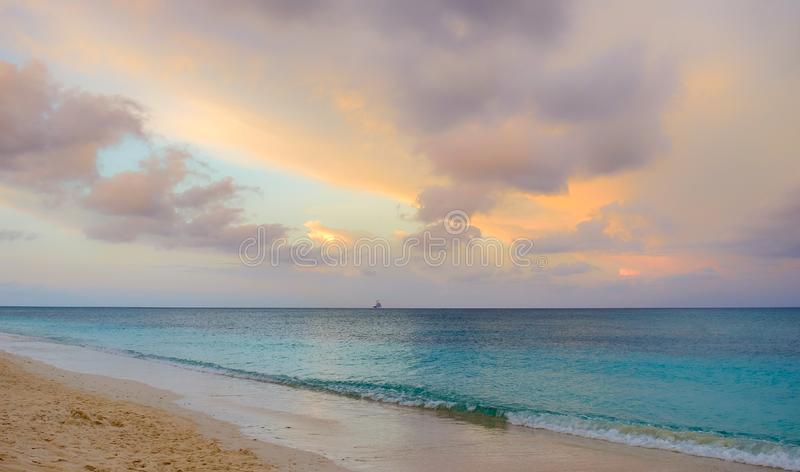Sju mil strandsolnedgång royaltyfri bild