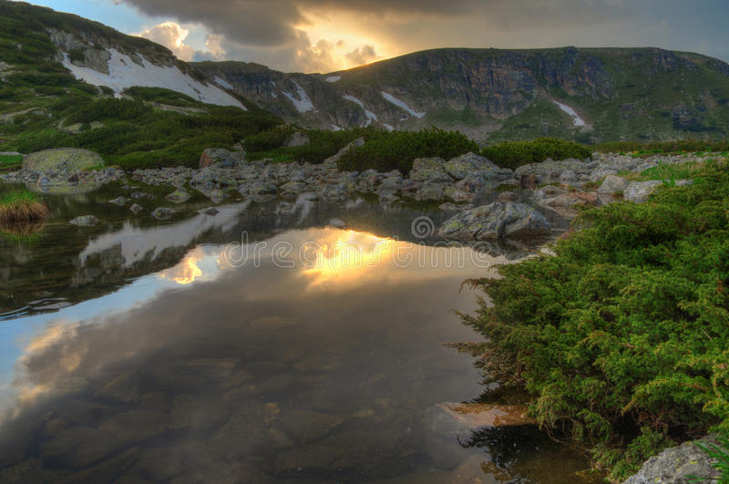 Sju Rila sjöar, Bulgarien - solnedgång på fisk sjön royaltyfri fotografi