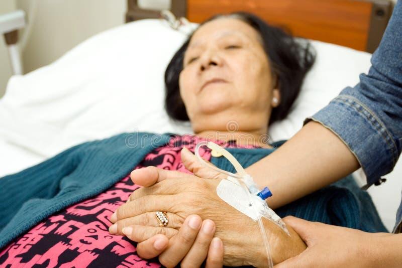 sjuk att bry sig gammalare moder för dotter arkivfoton