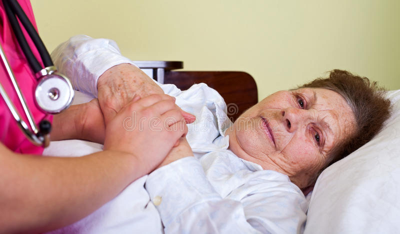 Sjuk gammalare kvinna royaltyfri bild