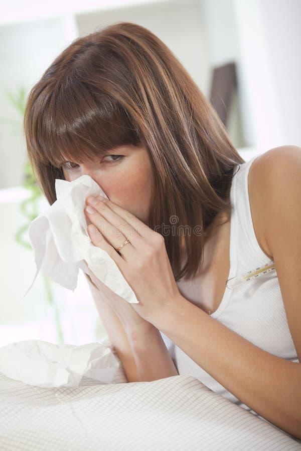sjuk kvinna för näsduk royaltyfri foto