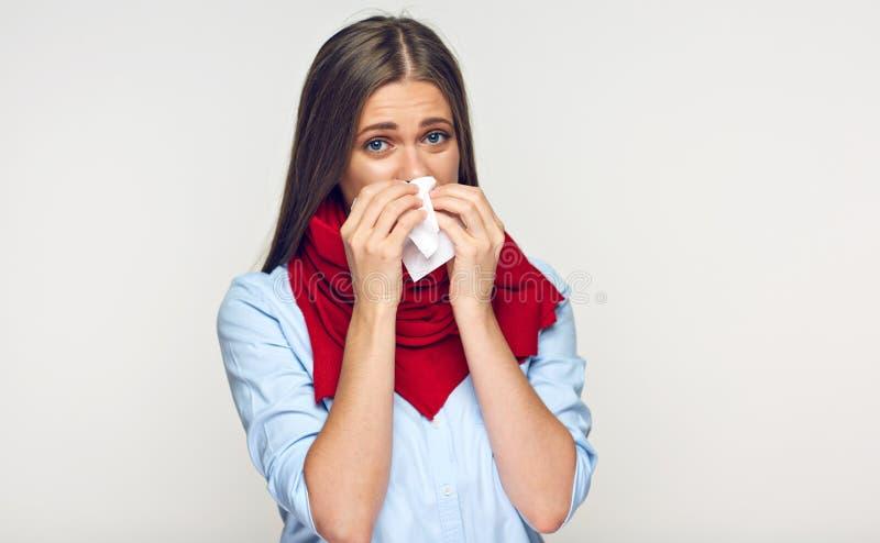 Sjuk kvinna med den röda halsduken genom att använda silkespappret arkivbild