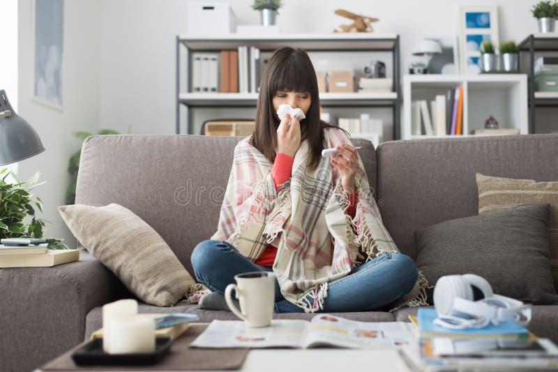 Sjuk kvinna med förkylning och influensa arkivfoto