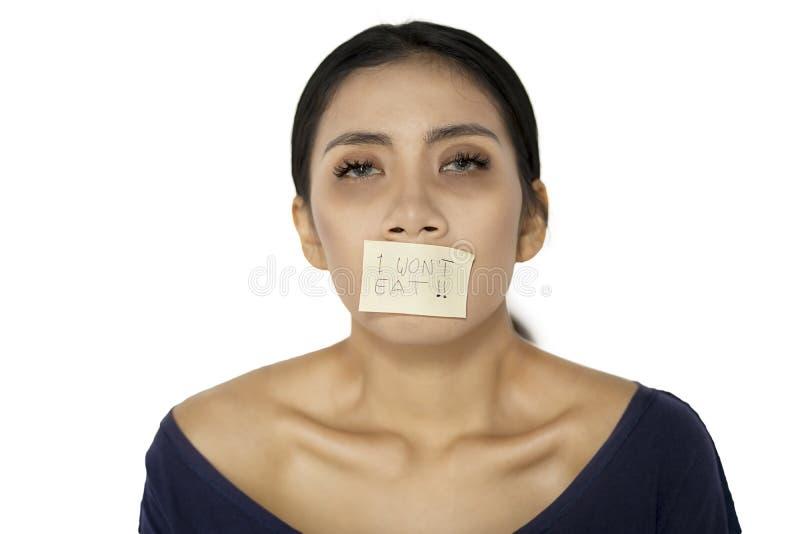 Sjuk kvinna med hennes mun som täckas av ett papper royaltyfria foton