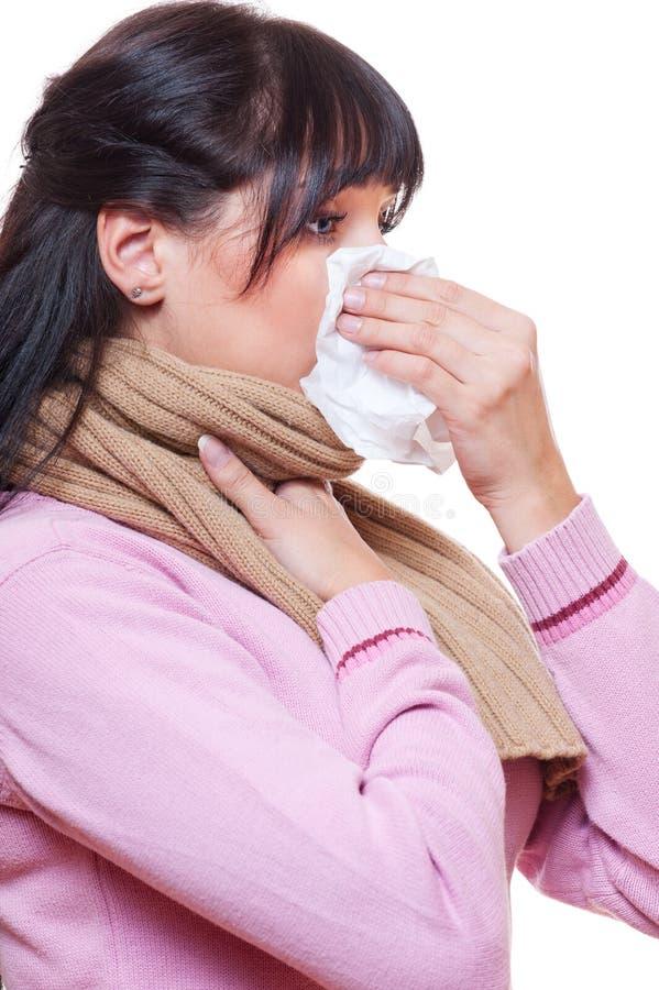 Sjuk kvinna med silkespapperpapper royaltyfri foto