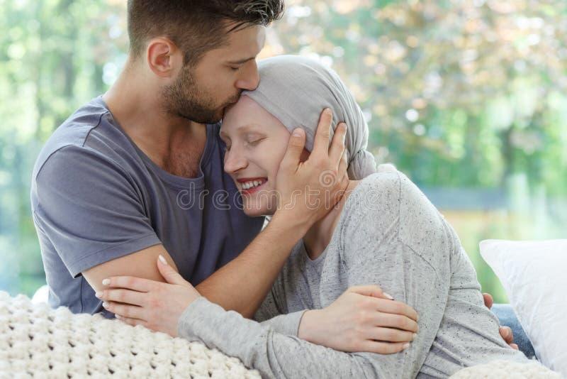 Sjuk kvinna som kyssas royaltyfri bild