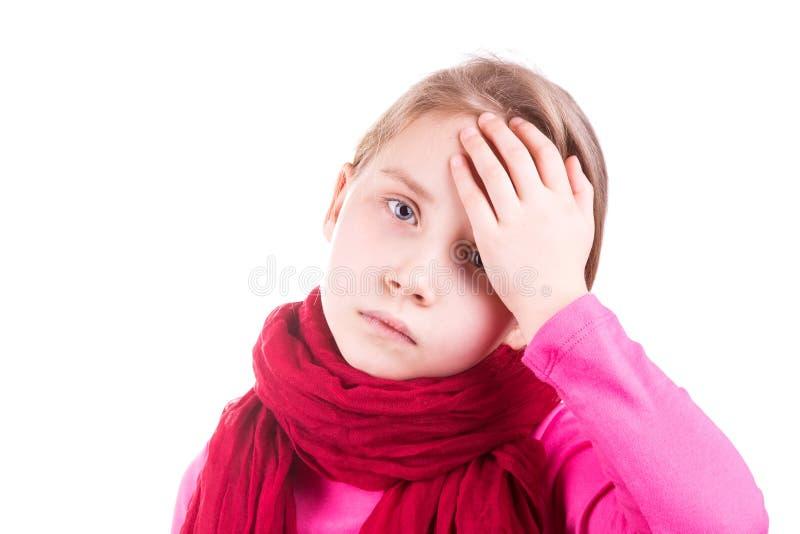 Sjuk liten flicka som mäter temperatur och kontrollerar hennes panna royaltyfri bild