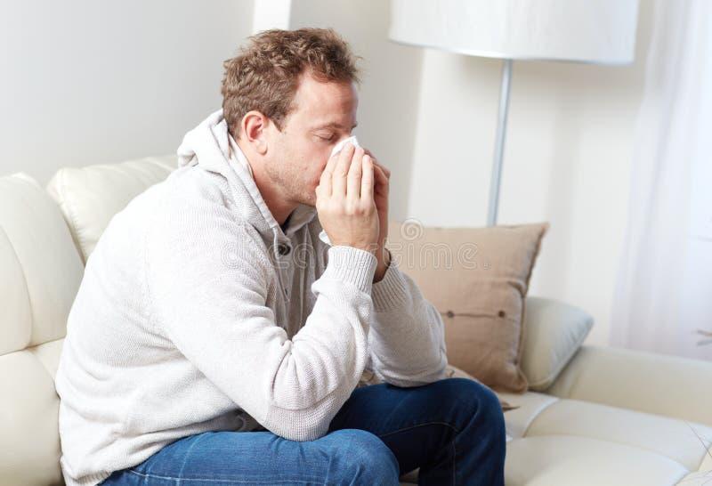 Sjuk man med förkylning royaltyfri bild
