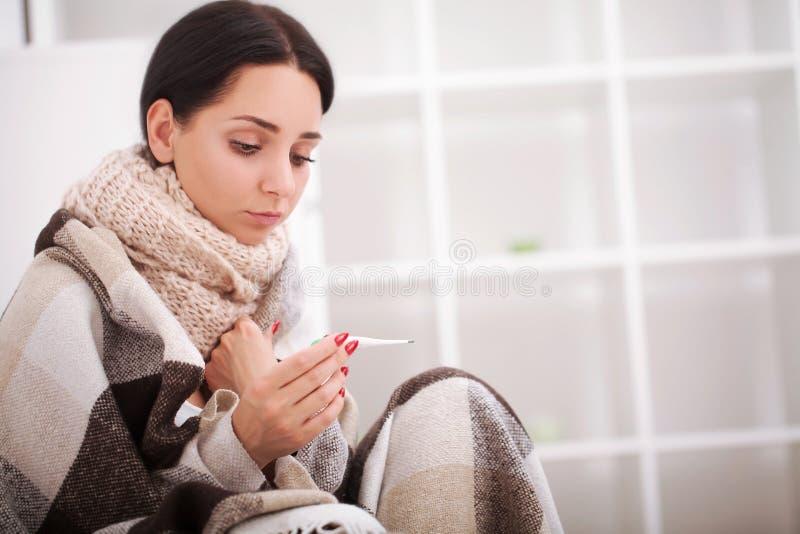 sjuk termometerkvinna influensa Kvinna fångad Cold royaltyfri foto