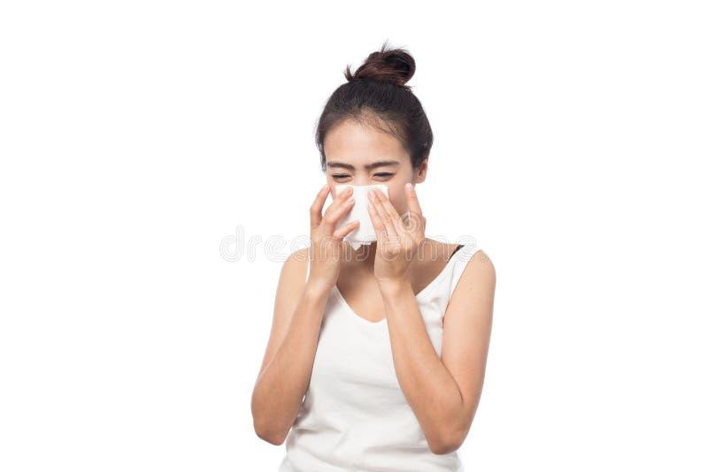 Sjuk ung kvinna ha allergi och nysa i silkespapper royaltyfri fotografi