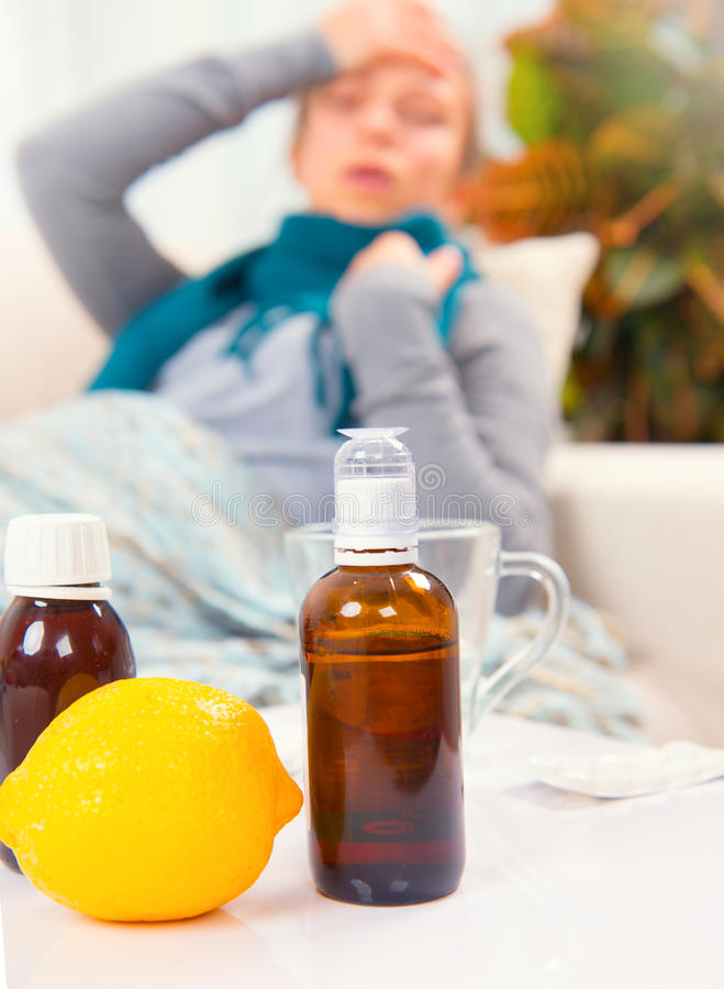 Sjuk ung kvinna hemma influensa arkivfoton