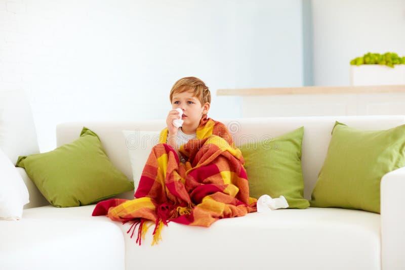 Sjuk unge med den rinnande näsan och febervärme hemma arkivfoton