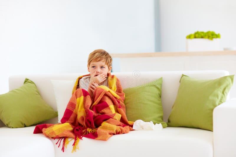 Sjuk unge med den rinnande näsan och febervärme hemma arkivfoto