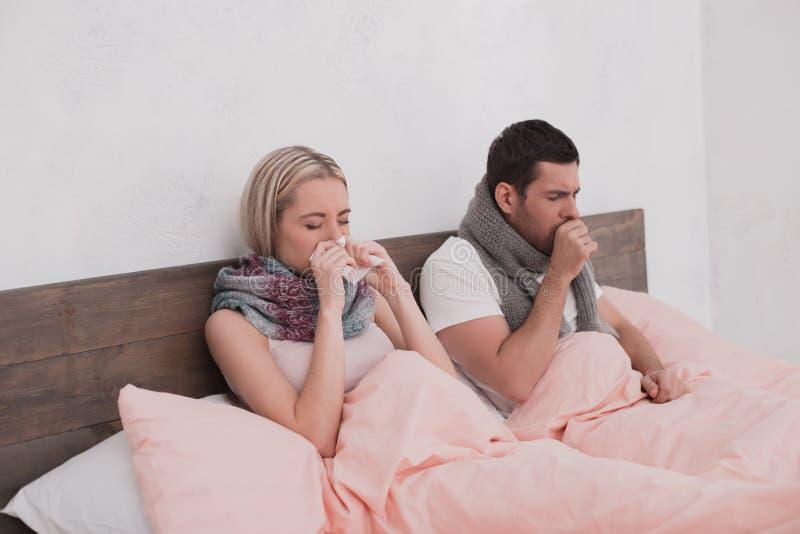 Sjuka par som känner tillsammans opassligt begrepp arkivfoto
