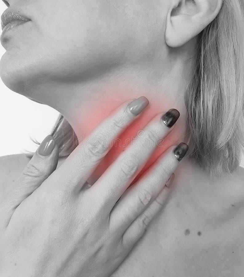 Sjukdom för syndrom för tecken för dåligt obehag för svälja för öm hals för kvinna obekväm fotografering för bildbyråer