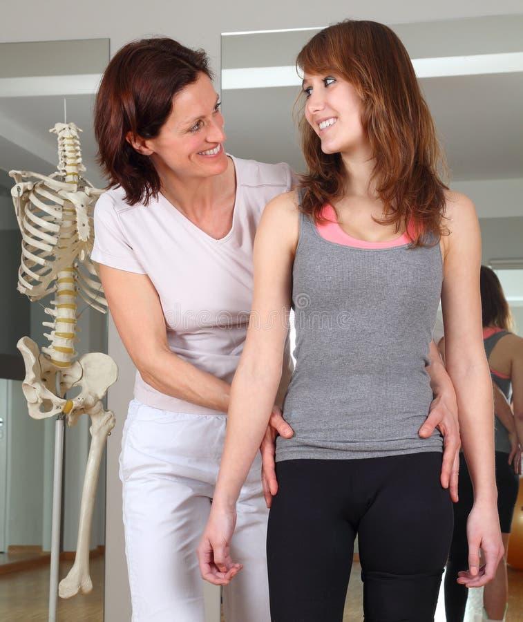 Sjukgymnastik av en patient med höftproblem royaltyfria bilder