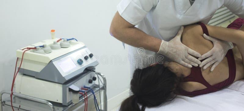 Sjukgymnastikosteopathyfysioterapeut royaltyfria bilder