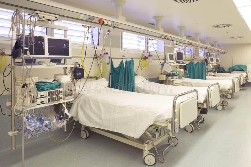 Sjukhusakutmottagning med gurneys royaltyfria bilder