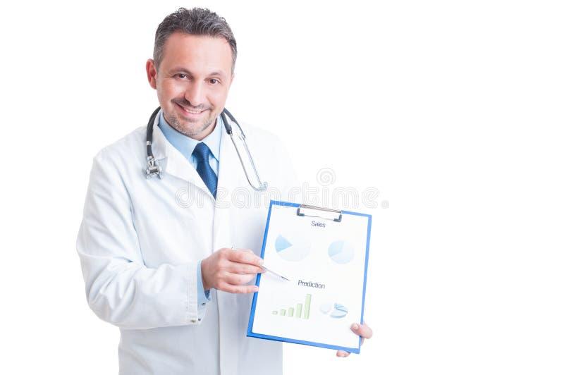 Sjukhuschef som framlägger skrivplattan med försäljningar och förutsägelse arkivfoto