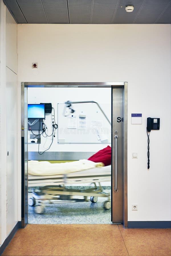 SjukhusingångsOP-slussen bäddar ned suddigt arkivfoton