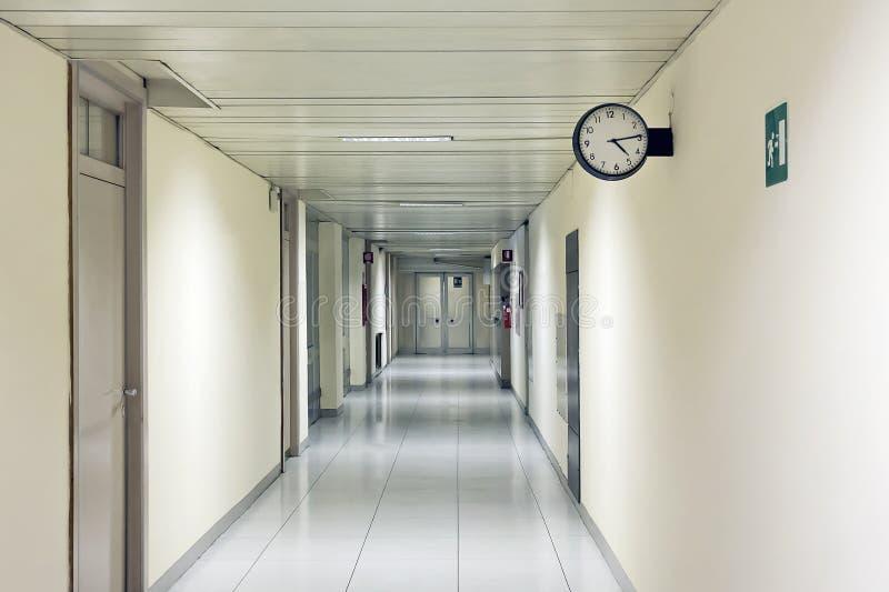 Sjukhuskorridor, med klockan arkivfoton
