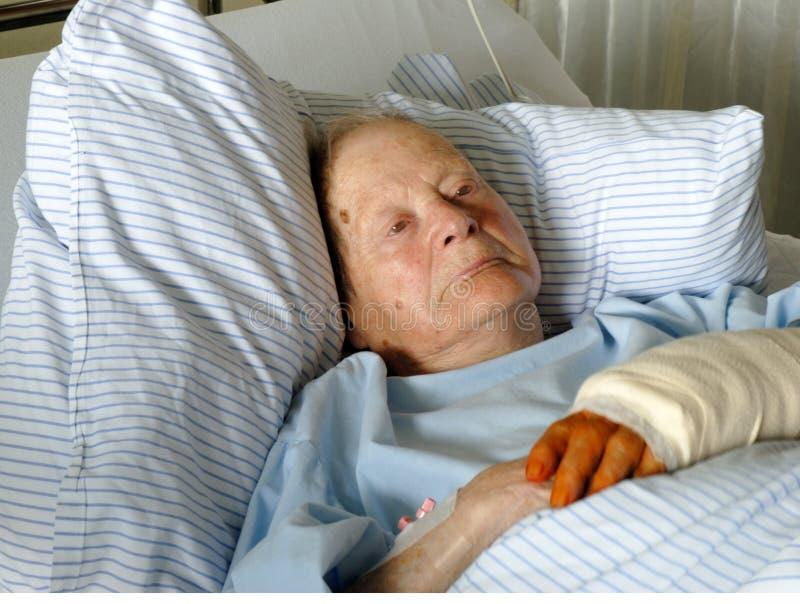sjukhuspensionärkvinna arkivfoto