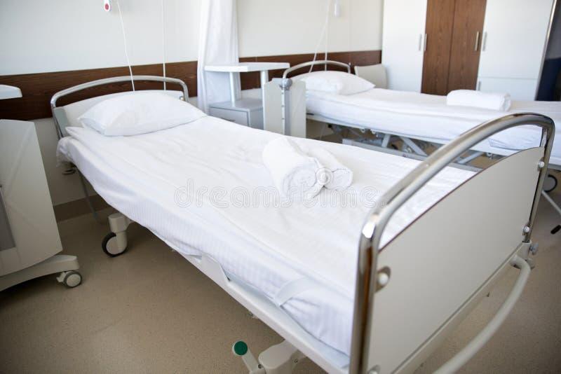 Sjukhussalen med rent tömmer sängar royaltyfria foton