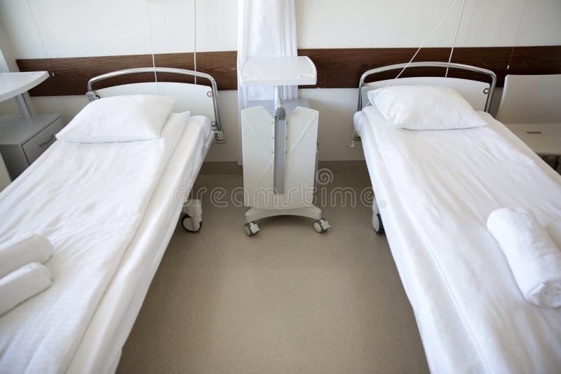 Sjukhussalen med rent tömmer sängar royaltyfri bild