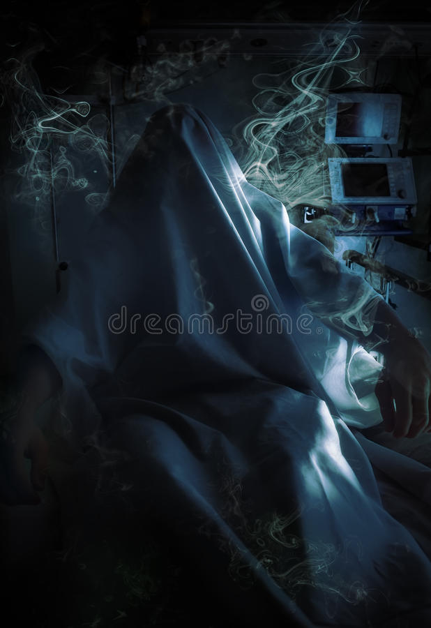 Sjukhusspöke i en mystisk rök royaltyfri foto