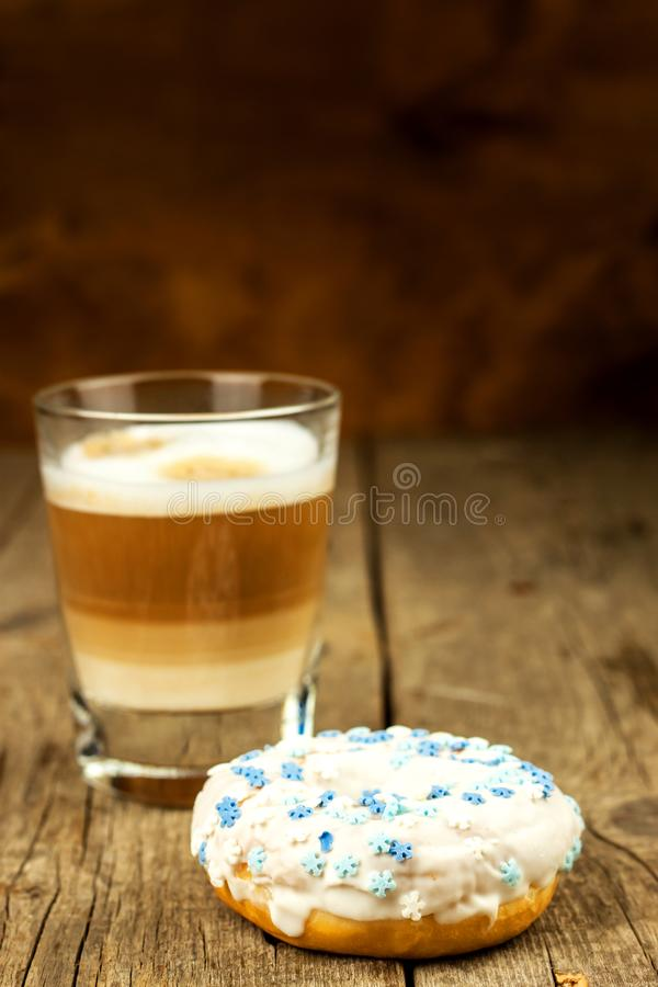sjuklig mat Donuts på en trätabell Kaffe till efterrätten Faror av fetma och sockersjuka Försäljningar av sötsaker Donuts för arkivbilder
