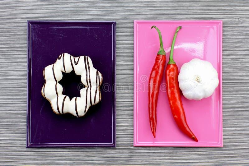 Sjuklig mat och sund mat, konfekt, högt socker arkivfoto